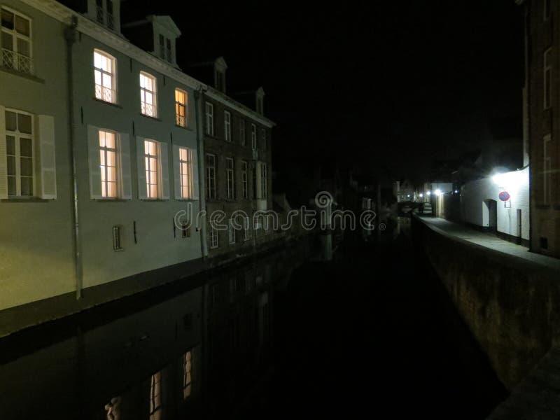 Europa, België, Brugge, Oude huizen door het kanaal bij nacht royalty-vrije stock afbeelding
