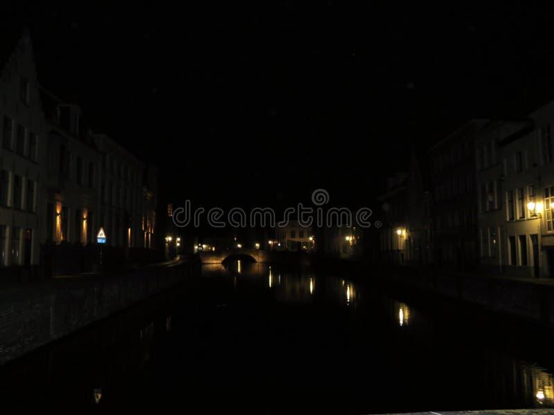 Europa, België, West-Vlaanderen, Brugge, mening van het waterkanaal bij nacht royalty-vrije stock foto