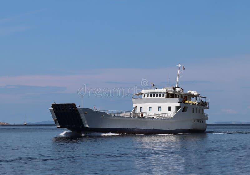 europa Cuenca mediterránea MAR ADRIÁTICO Croacia Paisaje marino dálmata Transbordador grande que flota en día sanny Transporte ma fotografía de archivo