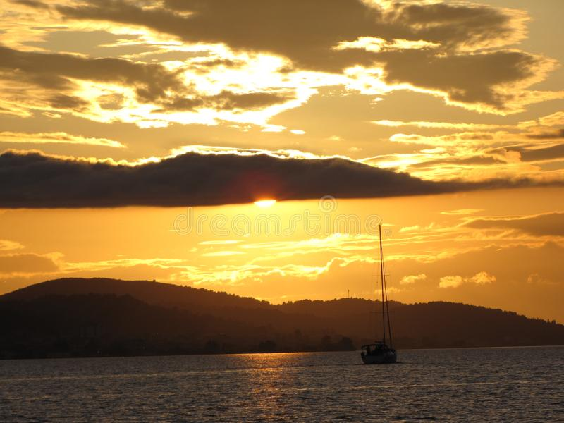 europa Cuenca mediterránea MAR ADRIÁTICO Riviera croata Yate de la navegación que flota en la puesta del sol Tirado de Lituania imagen de archivo