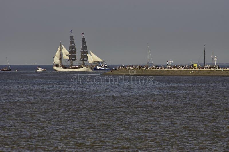 Europa da casca do navio de navigação que entra em Harlingen imagens de stock royalty free