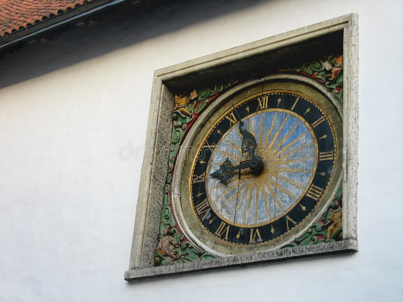 europa Die Wand mit alter Uhr Die Sonne und der Himmel sind auf dem Ziffernblatt Die mittelalterliche Verzierung ist auf der Uhr lizenzfreie stockfotos