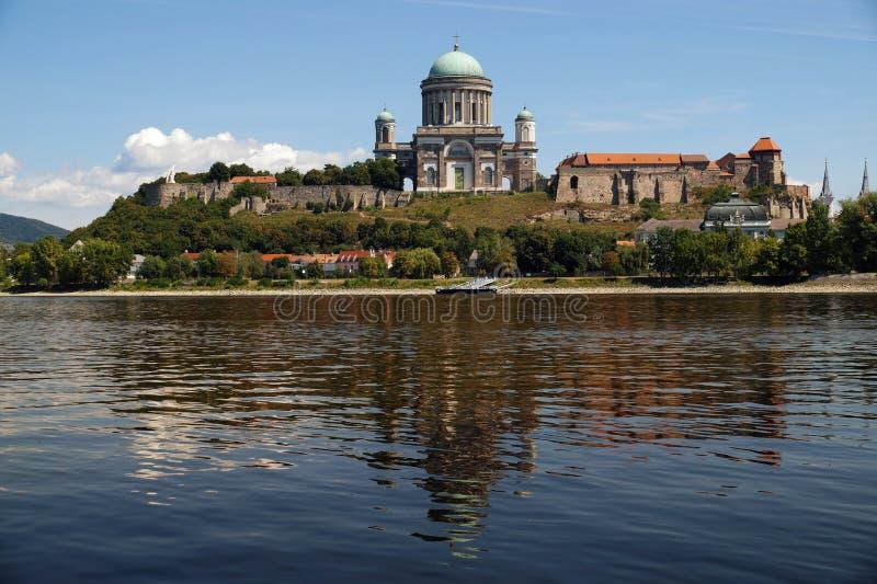 europa Esztergom, opinión de Hungría de la basílica católica enorme y del castillo real de la primera dinastía de los reyes de Hu fotografía de archivo