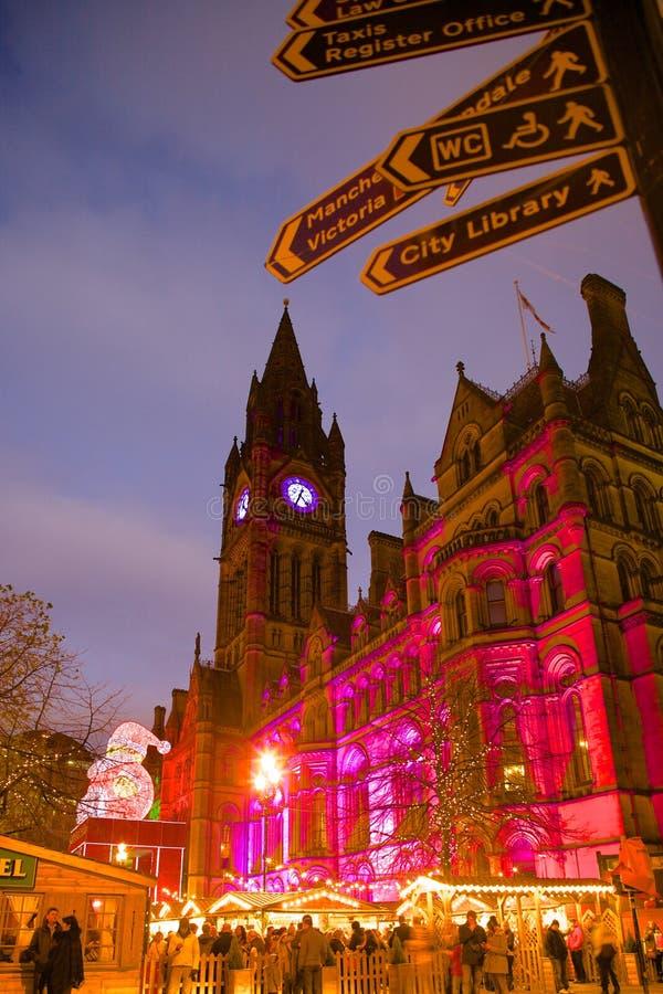 Europa, Förenade kungariket, England, Lancashire, Manchester, Albert Square, julmarknad & stadshus royaltyfri fotografi