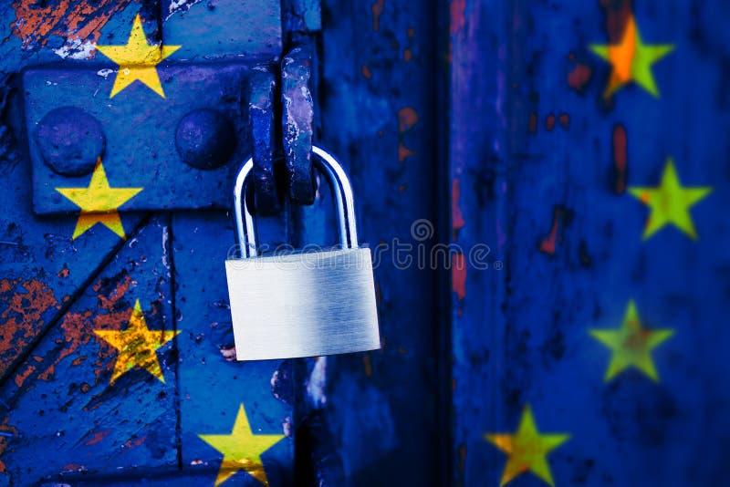 Europa fechado, cadeado em uma porta de madeira velha pintada fotografia de stock royalty free