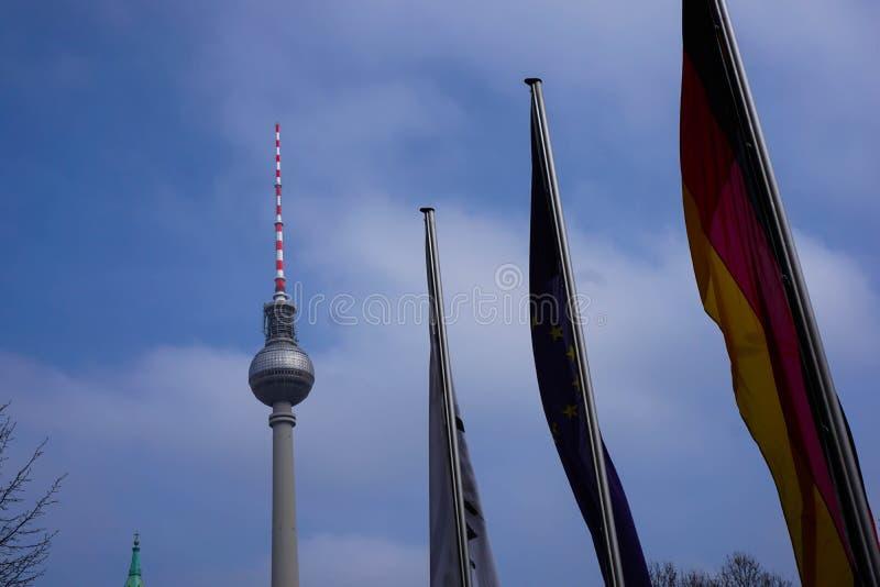 Europa Flaggen del mit de Fernsehturm del berlinés imagenes de archivo