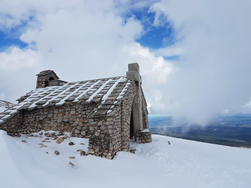 europa frankrijk Berg Ventou Stenen shapel op de bovenkant van de berg De winter` s seizoen Hoogte in bergen royalty-vrije stock foto's
