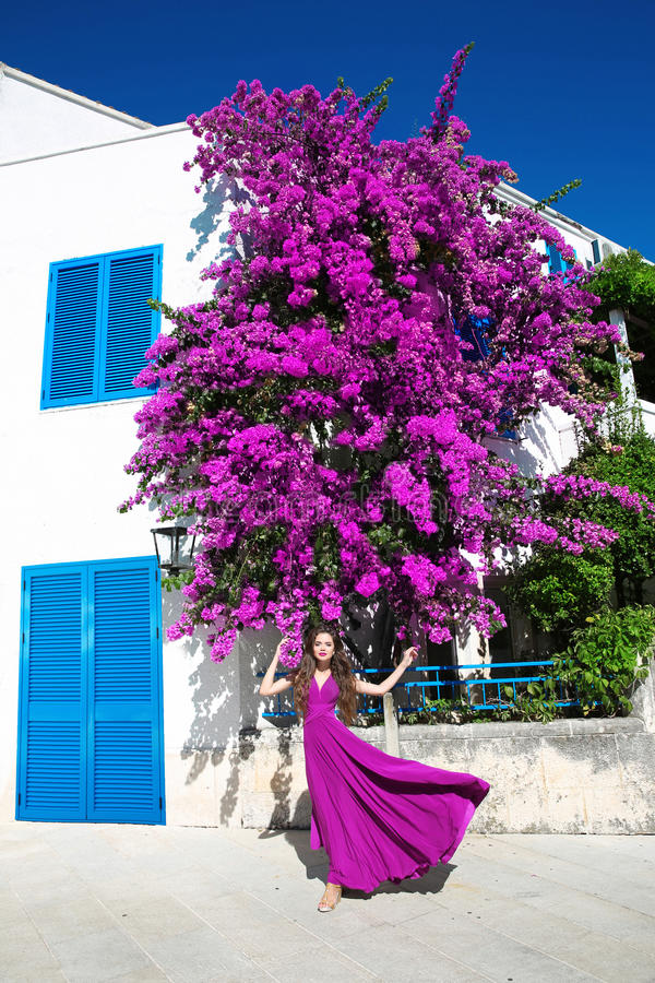 Europa Grecja Santorini podróży wakacje Kobieta w dmuchanie sukni obrazy stock