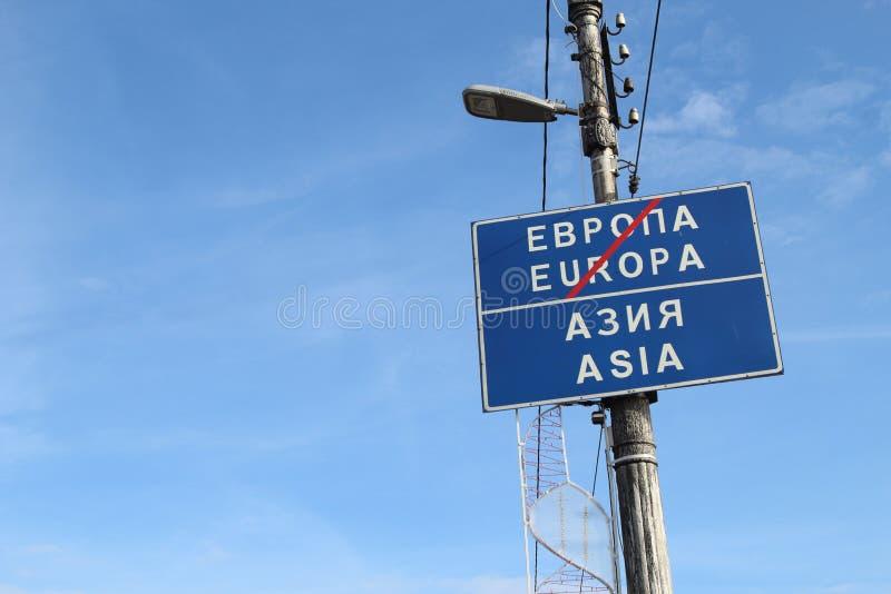 Europa ist vorbei Asien hat angefangen Dieses ist Verkehrsschild herein Magnitogorsk-Stadt, Russland stockbild