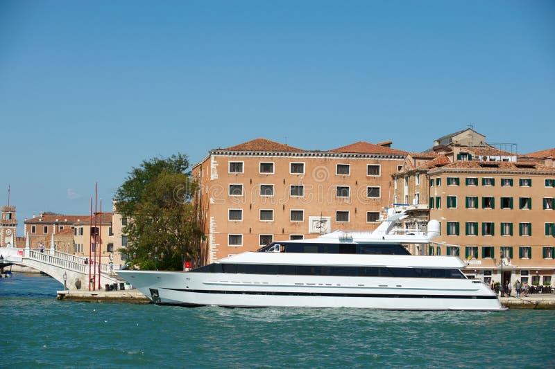 Europa lyxig vit yacht royaltyfria foton