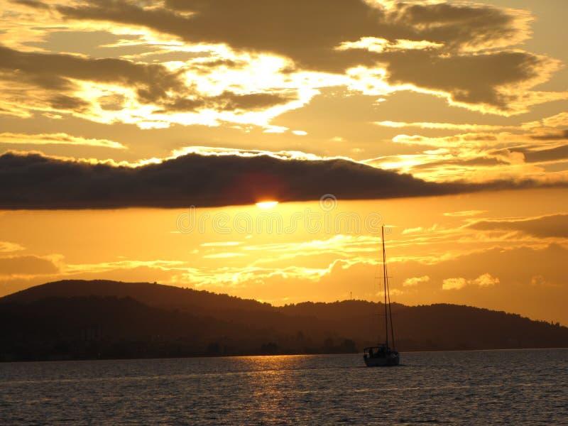 europa Mediterraan gebied ADRIATISCHE OVERZEES Kroatische Riviera Varend jacht die in de zonsondergang drijven Ontsproten van Lit stock afbeelding