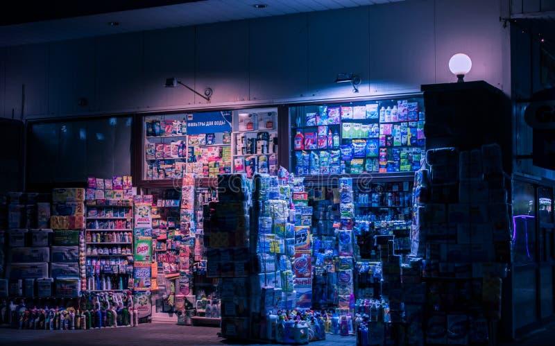 Europa nocy rynku neonowy uliczny emporium fotografia royalty free