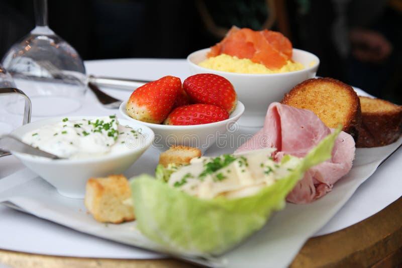 Europa-Reise: langes Frühstück in Paris lizenzfreie stockfotos