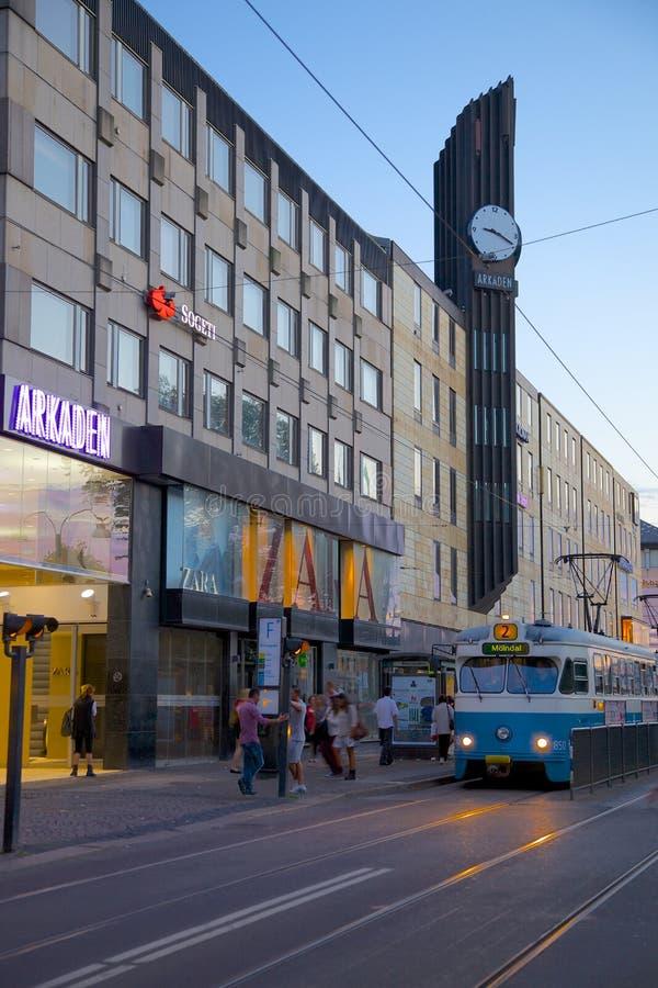 Europa, Scandinavië, Zweden, Gothenburg, het Winkelende Centrum van Arkaden & Tram bij Schemer stock foto's
