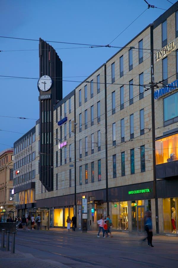 Europa, Scandinavië, Zweden, Gothenburg, het Winkelende Centrum van Arkaden & Tram bij Schemer royalty-vrije stock foto