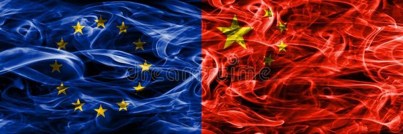 Europa zjednoczenie i Porcelanowe kolorowe flaga umieszczająca pojęcie dymu strona strona - obok - royalty ilustracja