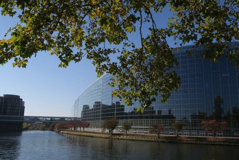 Europaparlamentet i Strasburg på en solig dag, reflexion i floden fotografering för bildbyråer
