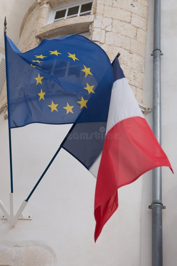 Europawahl-EU- und Frankreich-Flaggen auf Wind in der Wand stockbilder