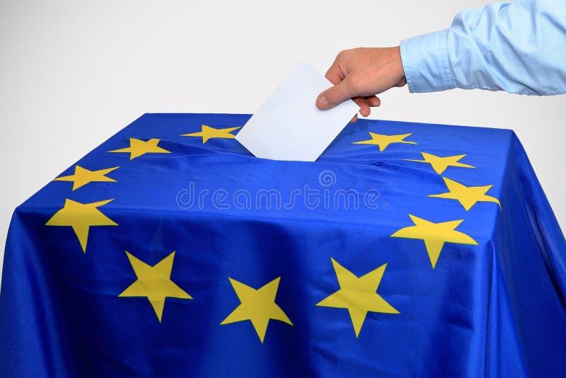 Europawahl, Wahlurne wird in den Stimmzettel eingefügt stockfoto