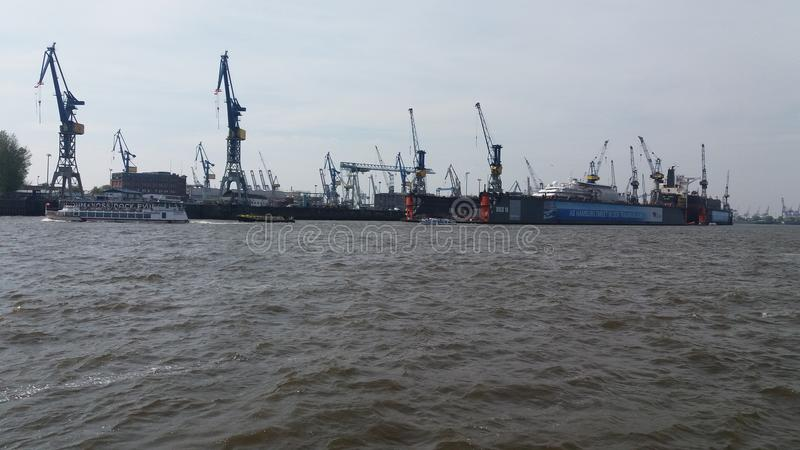 Europawellen scheep Handel turism Hafenflusselbas Hamburg großes beuty lizenzfreie stockfotografie