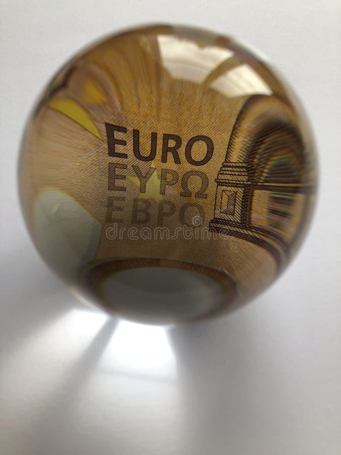 Europees bankbiljet door een kristallen bol royalty-vrije stock foto