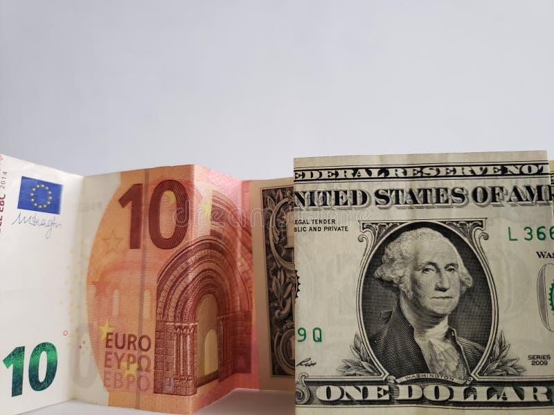 Europees bankbiljet van tien euro en Amerikaanse biljet van één dollar stock foto