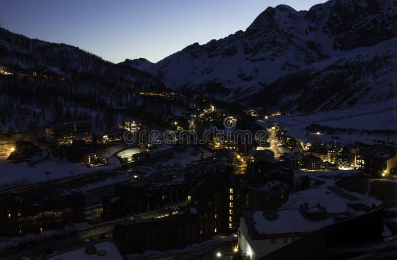 Europees bergenlandschap, Alpen, Italië, berg het ski?en toevlucht, schilderachtige mening met diepe blauwe hemel, hoge rotspieke royalty-vrije stock foto