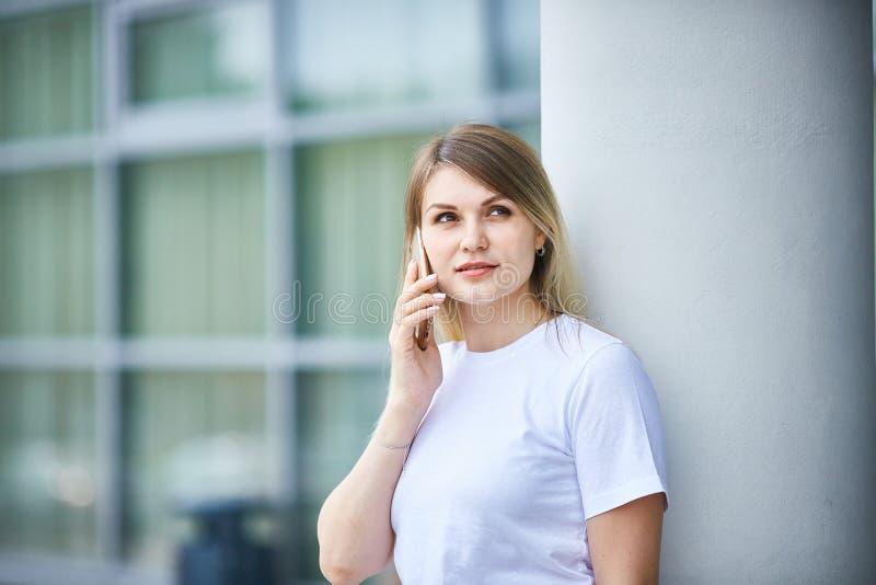 Europees meisje met recht haar die op de telefoon spreken royalty-vrije stock foto