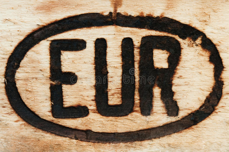 Europees teken dat op een stuk van hout wordt gegraveerd stock afbeelding