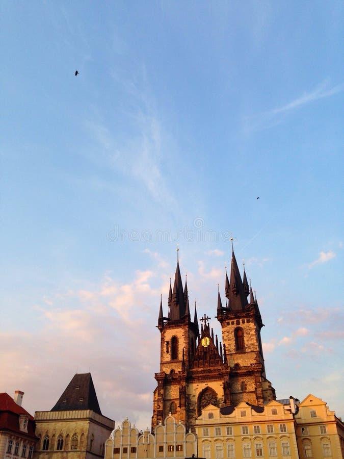 Europeisk arkitektur och himmel royaltyfri foto