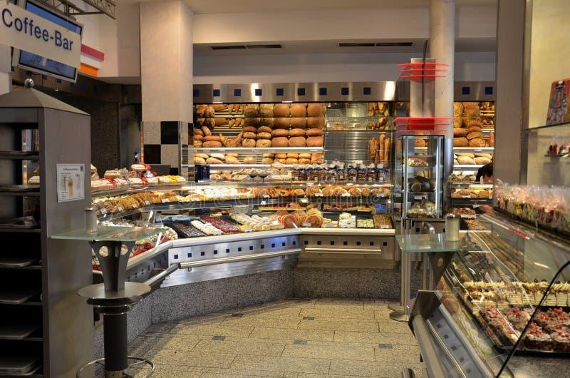 Europeisk bröd-, kaka- och bakelsekafébakelser royaltyfri foto