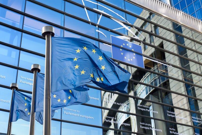 Europeisk facklig flagga mot Europaparlamentet royaltyfria bilder