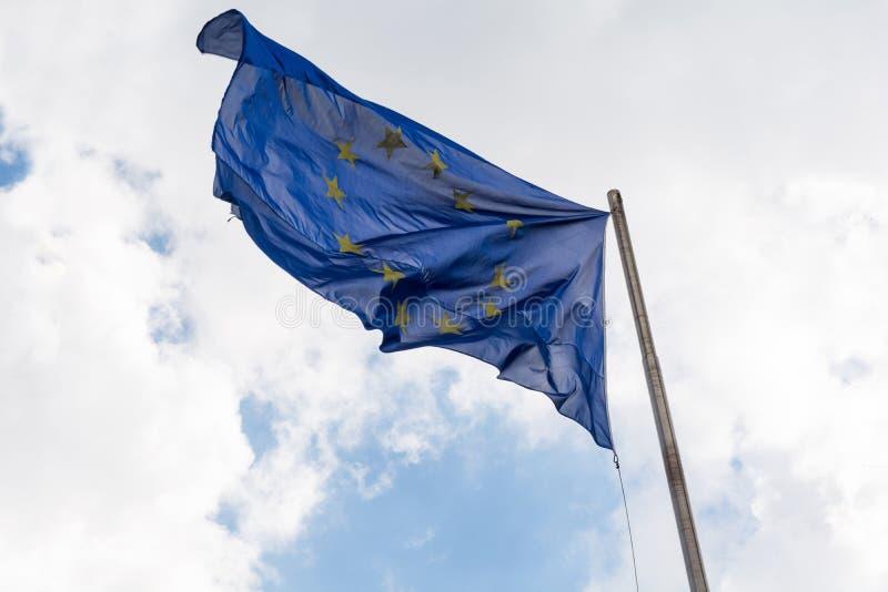 Europeisk facklig flagga som vinkar mot molnig himmel royaltyfri foto