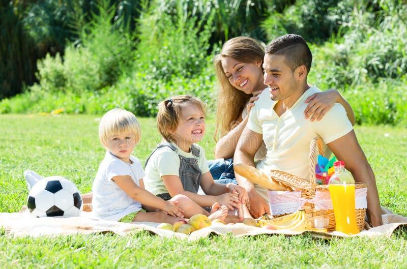Europeisk familj med barn som har picknicken fotografering för bildbyråer