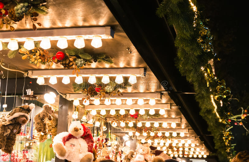 Europeisk hylla för lampor för tak för ställning för ljus för julmarknadsdetalj arkivbild