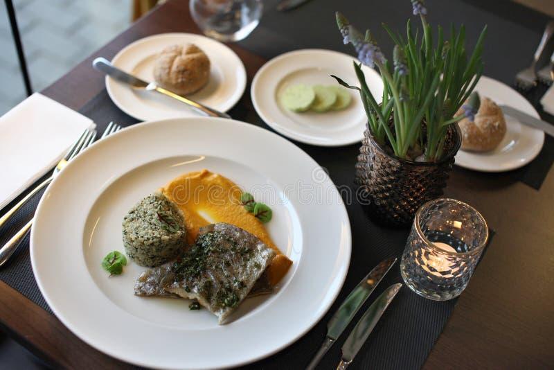 Europeisk kokkonst för restaurang, forellfilet arkivbild