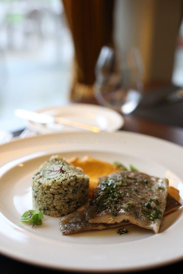Europeisk kokkonst för restaurang, forellfilet royaltyfri bild