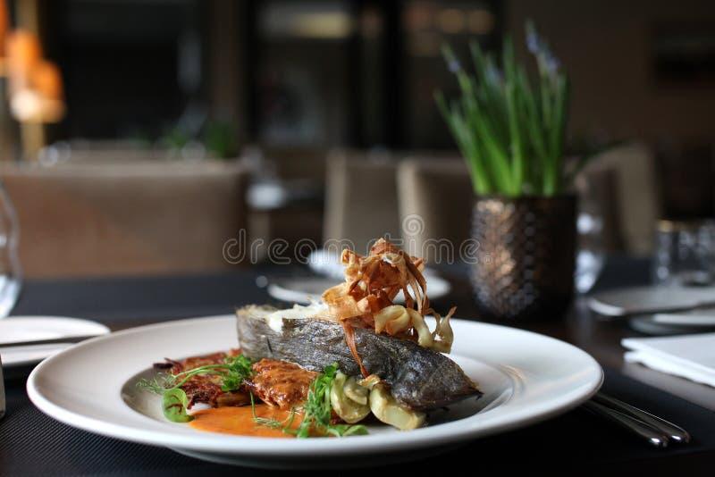 Europeisk kokkonst för restaurang, piggvarbiff royaltyfri bild