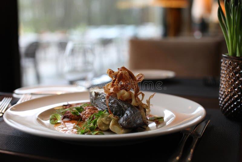 Europeisk kokkonst för restaurang, piggvarbiff arkivbilder