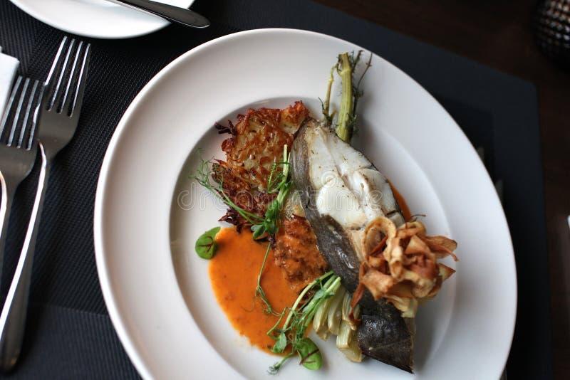 Europeisk kokkonst för restaurang, piggvarbiff royaltyfri fotografi