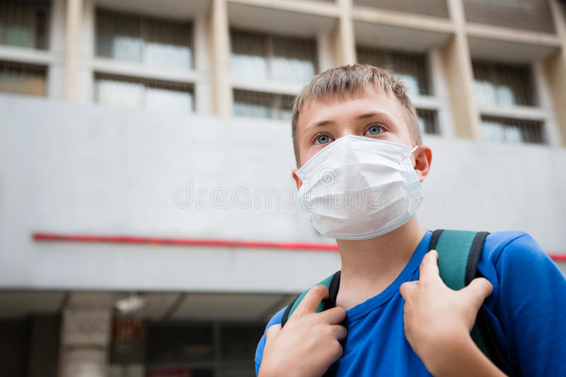 Europeisk pojke i en skyddande maskering i Peking royaltyfria bilder