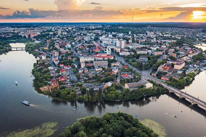 Europeisk provinsiell stad eller stad med en flodpanorama, sommarsolnedgång, Ukraina Vinnitsa fotografering för bildbyråer