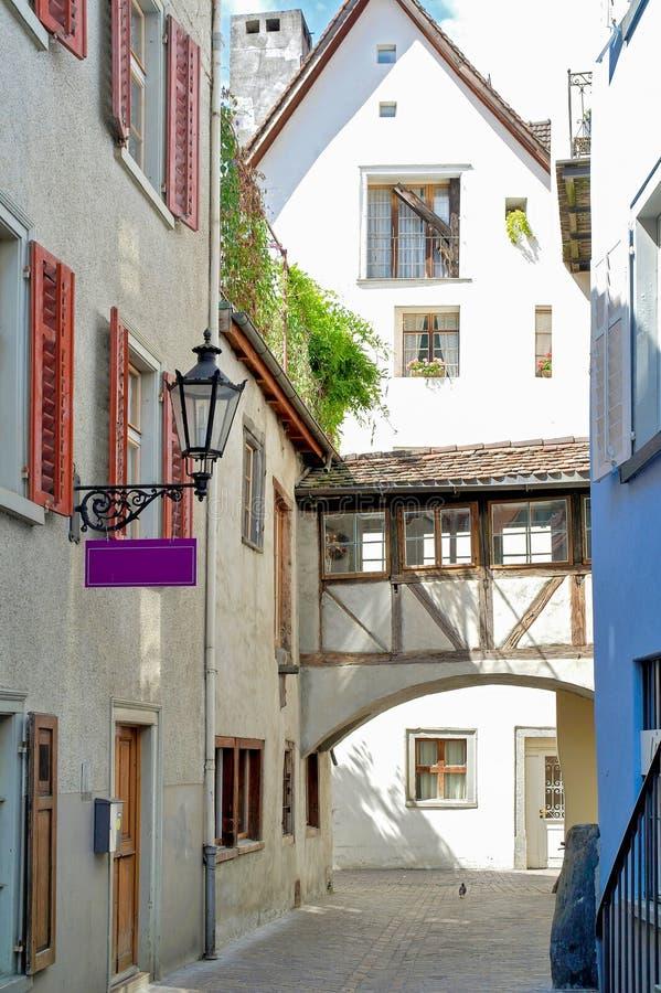Europeisk stadgränd med duvan royaltyfri bild