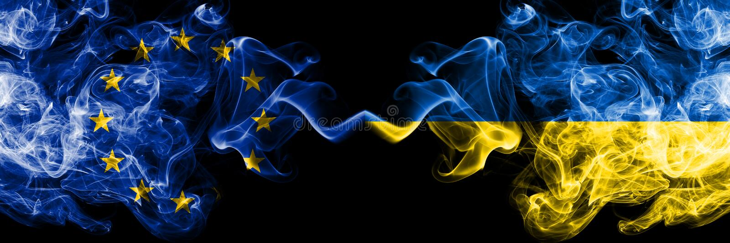 Europeisk union vs Ukraina, ukrainska rökflaggor förlade sidan - vid - sidan Tjocka kulöra silkeslena rökflaggor av EU och Uk royaltyfria bilder