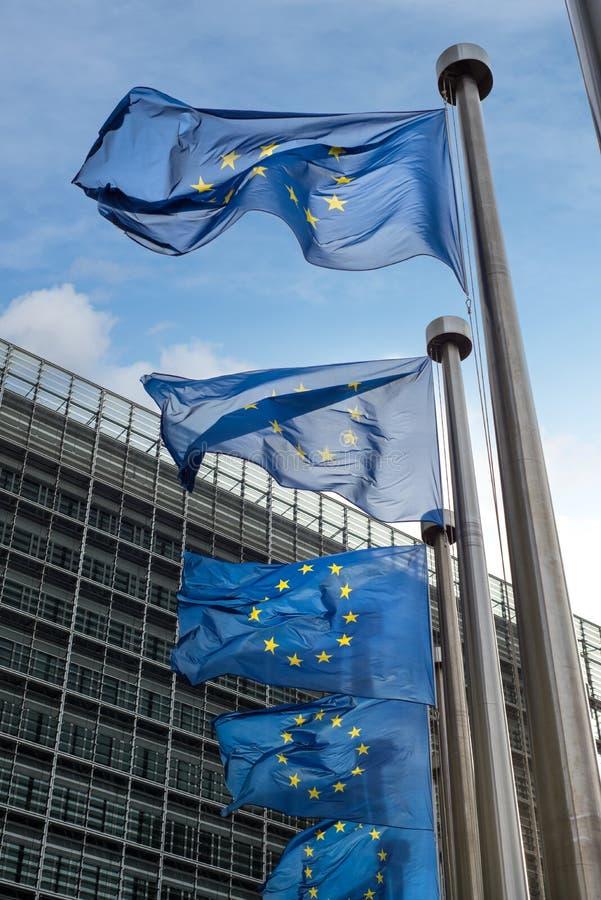 Europeiska fackliga flaggor framme av den Berlaymont byggnaden (Europa royaltyfria bilder