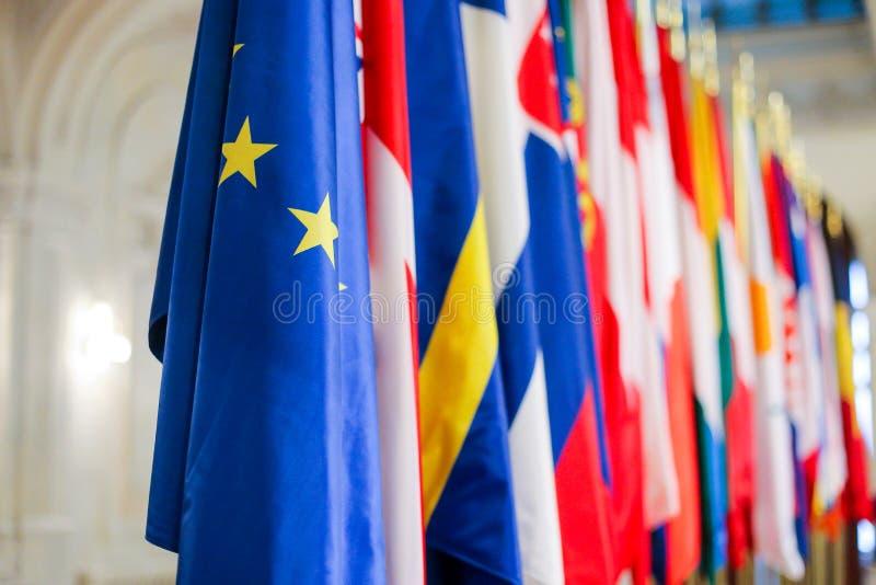 Europeiska flaggor en för fackmedlemtillstånd bredvid andra arkivfoton
