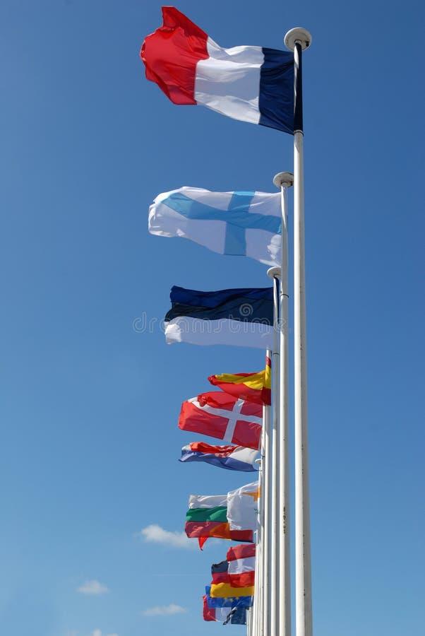 Europeiska flaggor i en blå himmel fotografering för bildbyråer