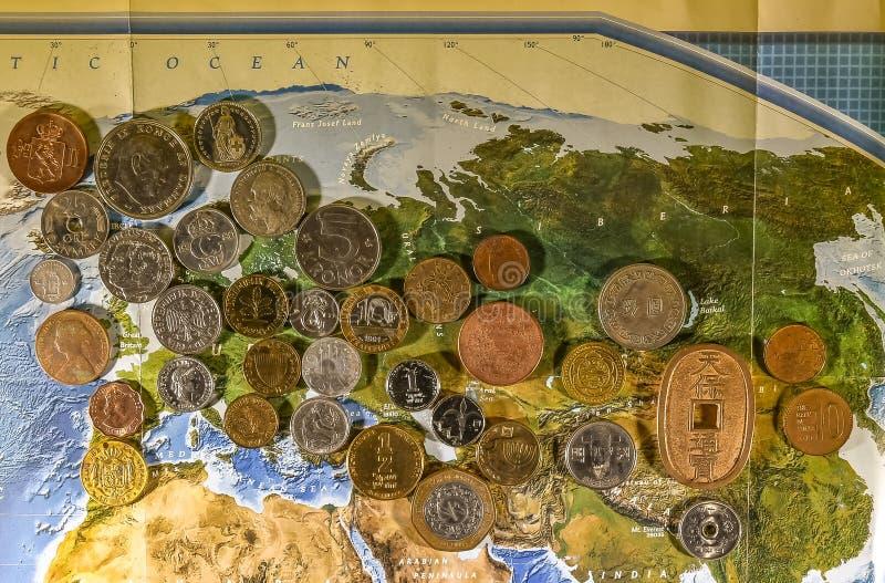 Europeiska och asiatiska mynt royaltyfri foto