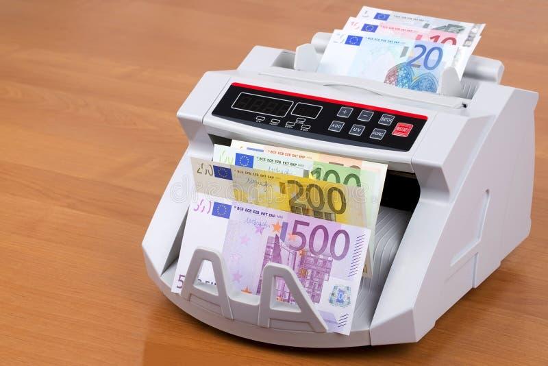 Europeiska pengar i en r?knande maskin arkivfoton