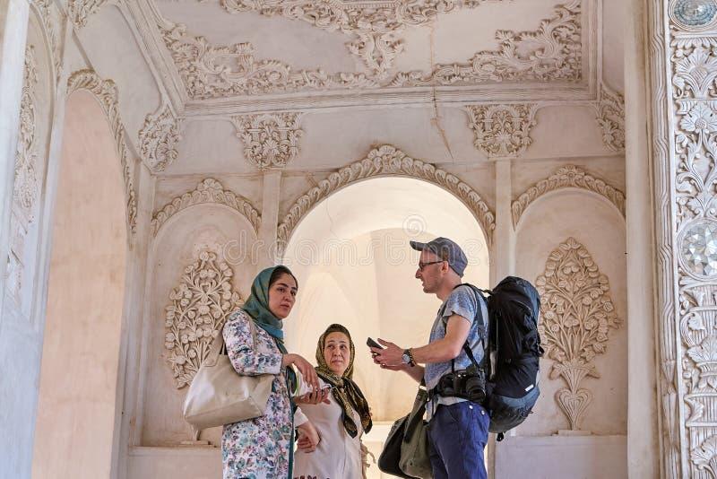 Europeiska turister i Tabatabaei det historiska huset, Kashan, Iran royaltyfri fotografi